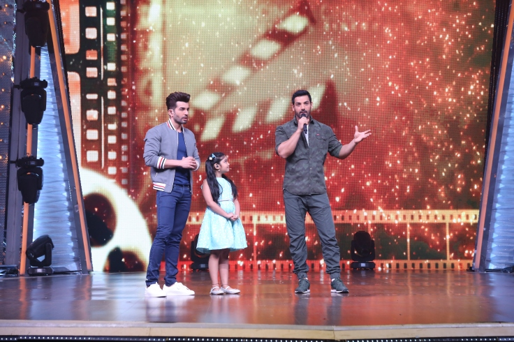 John Abraham promotes Parmanu on DID Li'l Masters (3)