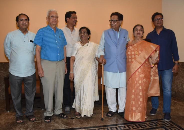 Avinash Prabhavalkar, Appa Parchure, Pravin Joshi, Meena Mangeshkar Khadikar, Hridaynath Mangeshkar, Usha Mangeshkar & Yogesh Khadikar at the PC of Meena Mangeshkar Khadikar's book on La